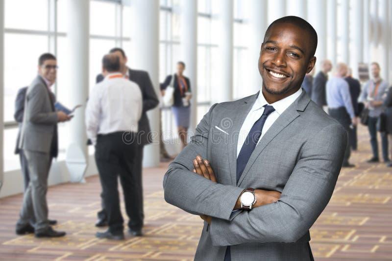 Retrato incorporado do evento de um trabalhador afro-americano da equipe que aprecia o evento social fotos de stock