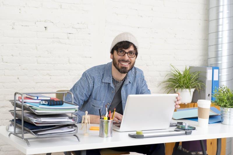 Retrato incorporado do homem de negócios atrativo latino-americano novo do moderno que trabalha no escritório domiciliário modern imagem de stock