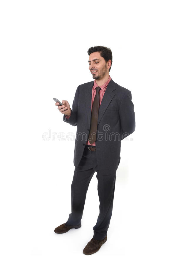 Retrato incorporado do homem de negócios atrativo novo da afiliação étnica latino-americano latino que sorri usando o telefone ce fotos de stock