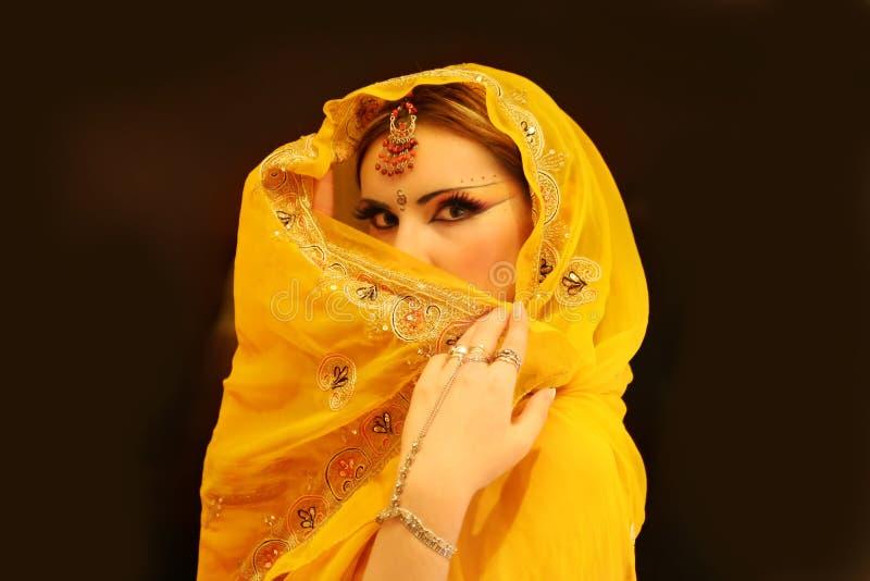 Retrato indiano da mulher, Girl modelo novo da Índia no vestido amarelo fotografia de stock