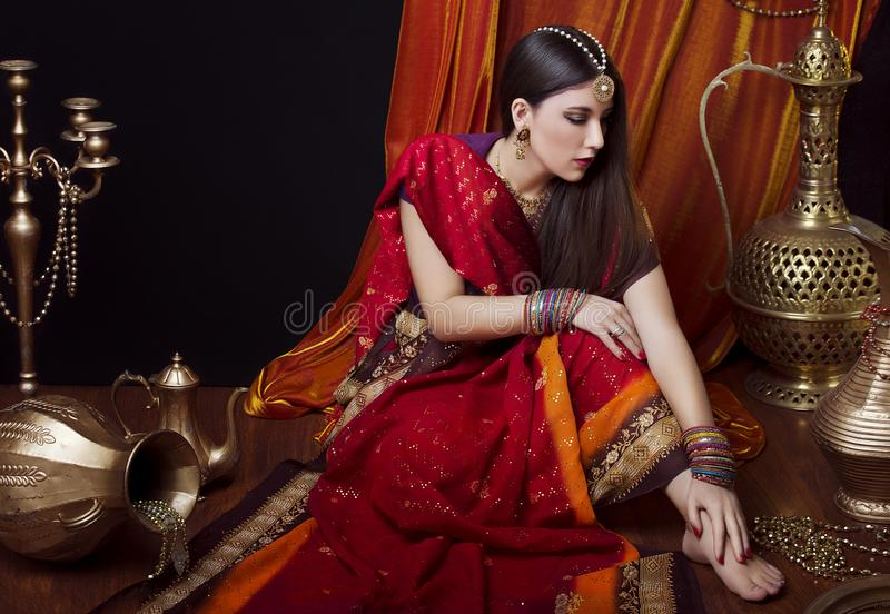 Retrato indiano moreno da mulher da beleza Menina modelo hindu com olhos marrons Menina indiana no sari imagem de stock