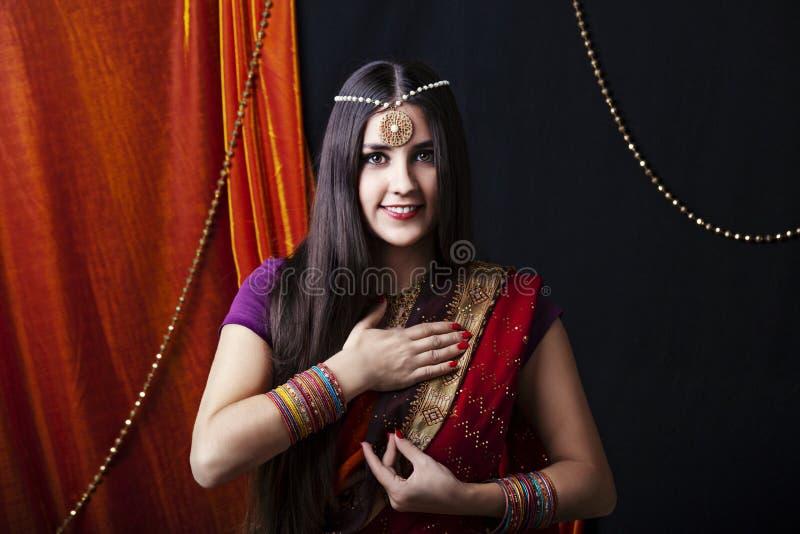 Retrato indio moreno de la mujer de la belleza Muchacha modelo hindú con los ojos marrones Muchacha india en sari Cultura india fotos de archivo