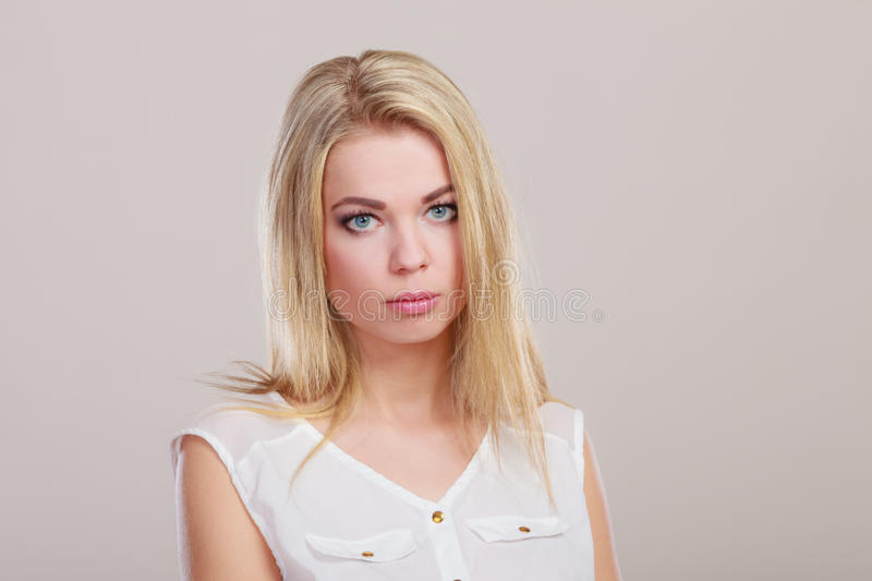 Retrato infeliz triste da menina no cinza fotos de stock