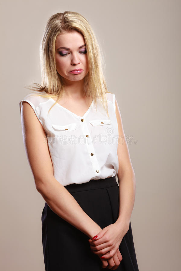Retrato infeliz triste da menina no cinza fotografia de stock royalty free