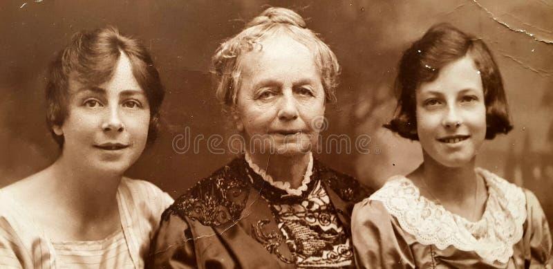 Retrato inglês 1919 das pessoas de 100 anos de duas meninas e da mulher idosa foto de stock