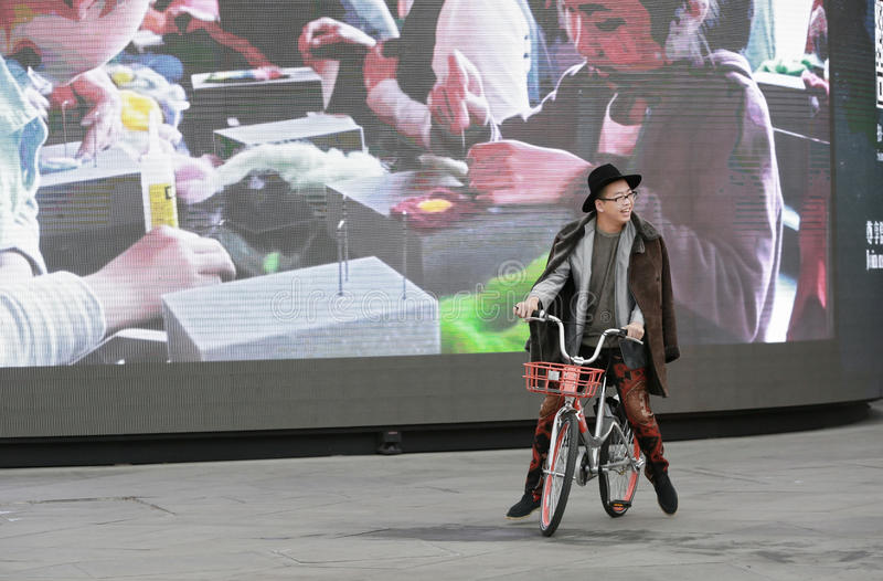 Retrato instantâneo de um menino bicycling imagens de stock royalty free