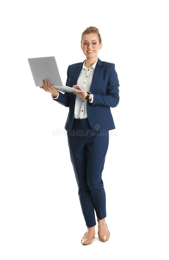 Retrato integral de la empresaria joven con el ordenador portátil aislado foto de archivo