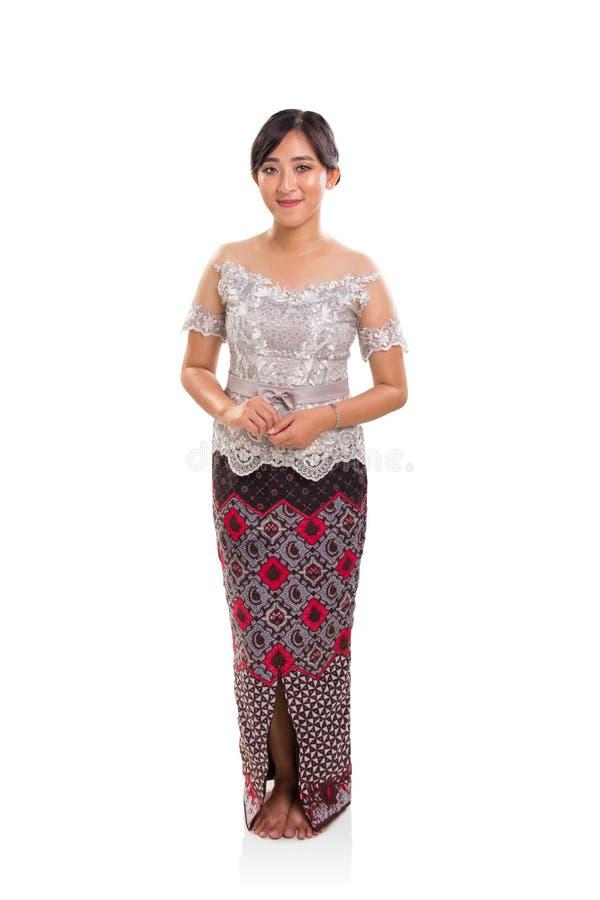 Retrato integral de la mujer étnica atractiva que lleva Indonesia Kebaya y batik imágenes de archivo libres de regalías