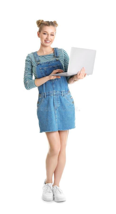 Retrato integral de la mujer joven con el ordenador portátil imagen de archivo libre de regalías