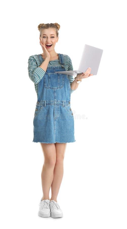 Retrato integral de la mujer joven emocional con el ordenador portátil en blanco imágenes de archivo libres de regalías