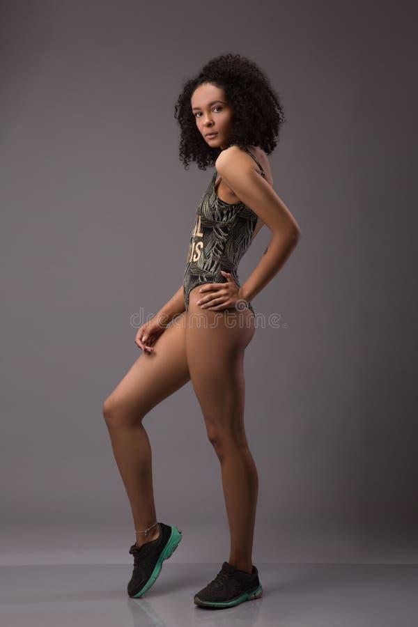 7cf2207c0948 Retrato integral de la mujer joven sorprendente juguetona divertida del  africano negro en traje de baño