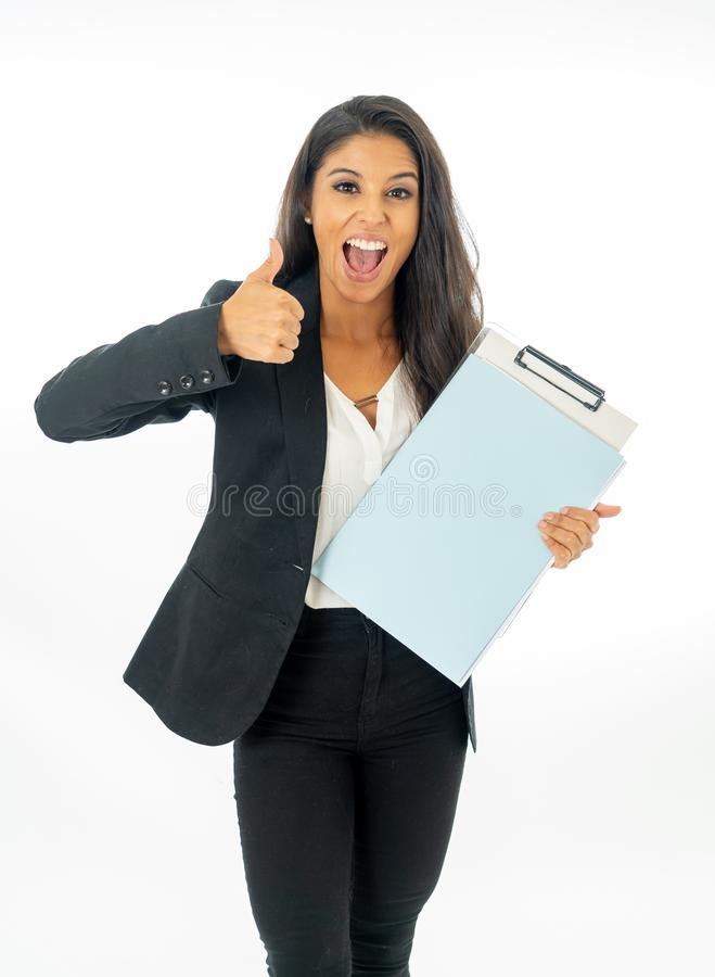 Retrato integral de la mujer latina corporativa latina atractiva que parece excitada y que lleva a cabo la carpeta y el papeleo e imagen de archivo libre de regalías