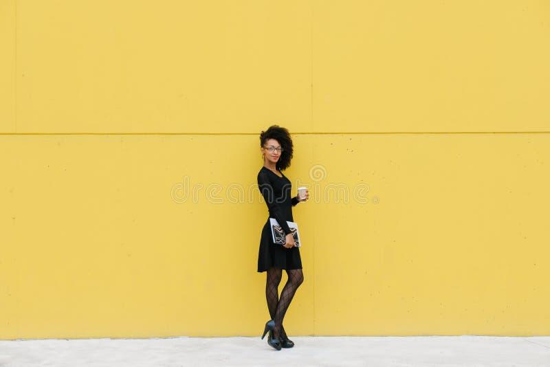 Retrato integral de la mujer profesional de moda en descanso para tomar café fotos de archivo libres de regalías