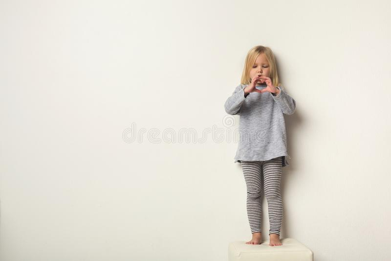 Retrato integral de la niña feliz linda imagenes de archivo