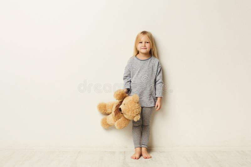 Retrato integral de la niña feliz linda en el fondo del estudio imágenes de archivo libres de regalías