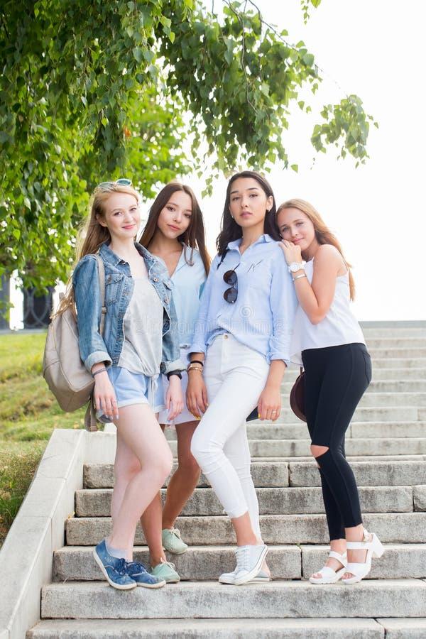 Retrato integral de las muchachas jovenes encantadoras del estudiante en el parque en verano foto de archivo libre de regalías