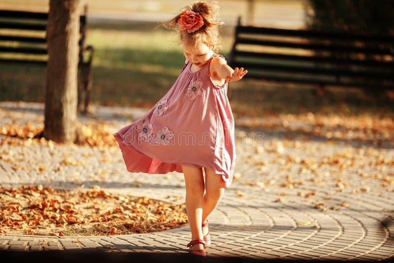 Retrato integral de un baile de la niña en el parque un caliente foto de archivo