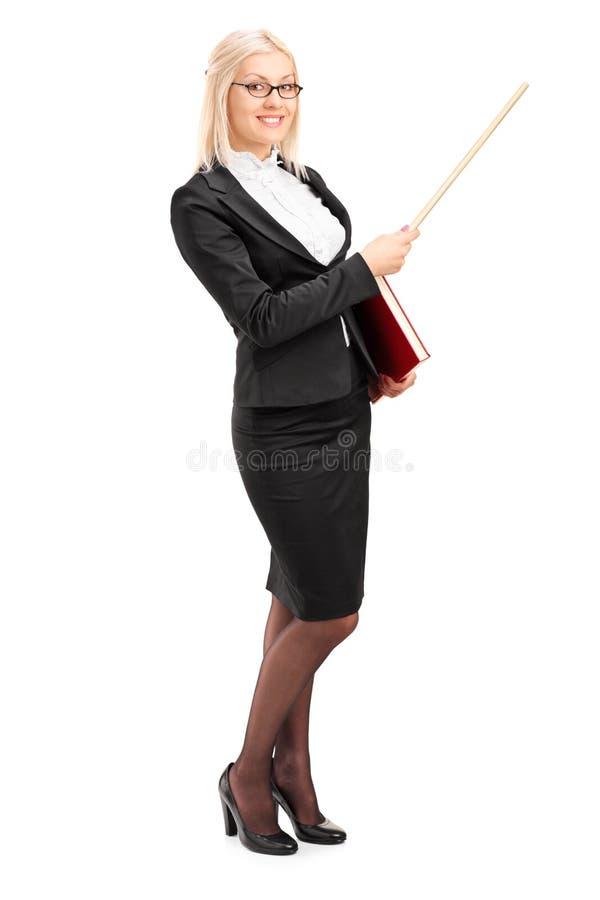 Retrato integral de un conferenciante de sexo femenino que señala con un palillo imágenes de archivo libres de regalías