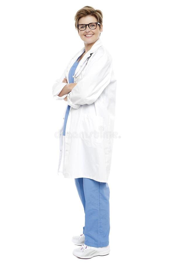 Retrato integral de un doctor de sexo femenino sonriente imagenes de archivo