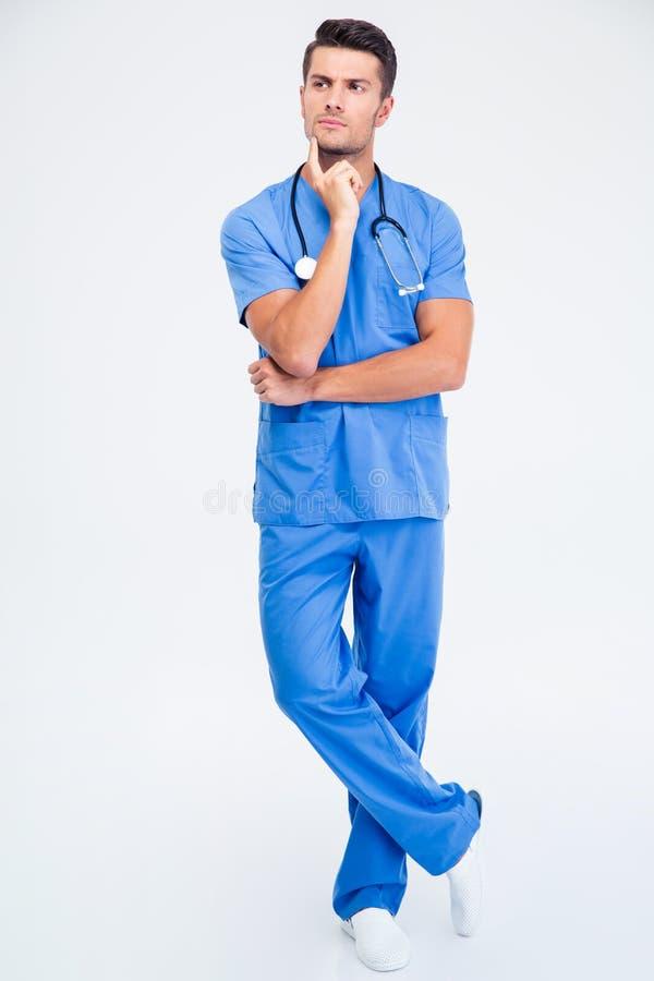 Retrato integral de un doctor de sexo masculino pensativo fotos de archivo libres de regalías