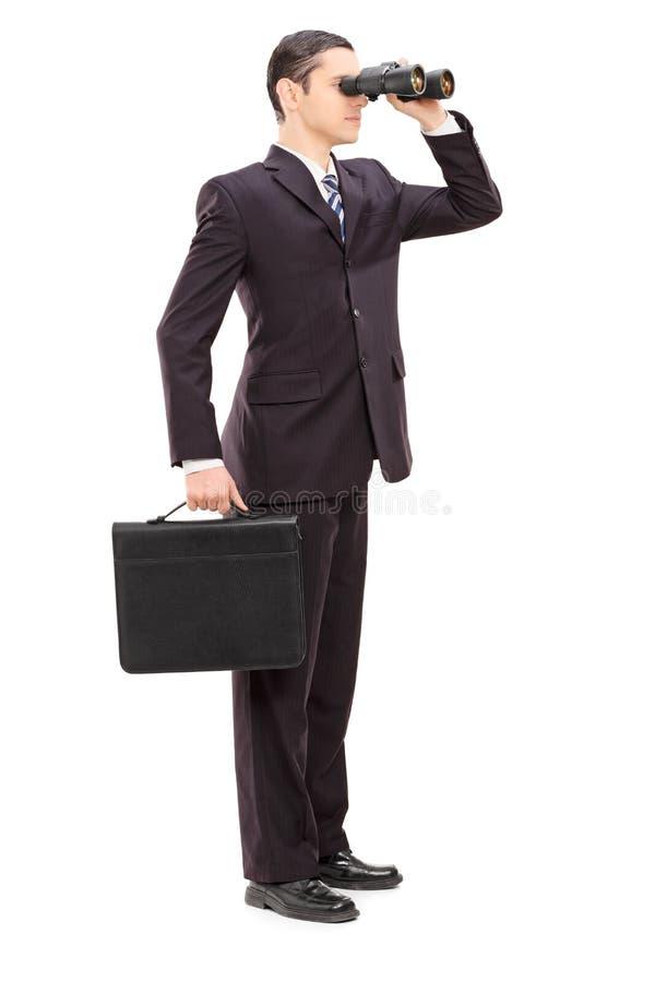 Retrato integral de un hombre de negocios joven que mira con bino fotos de archivo libres de regalías