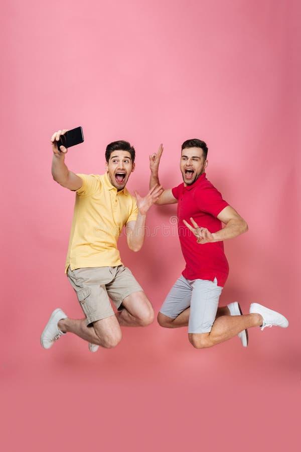 Retrato integral de un par masculino gay sonriente imágenes de archivo libres de regalías