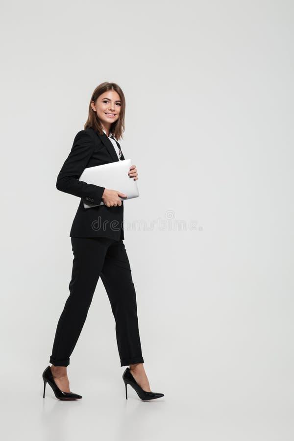 Retrato integral de una empresaria bonita confiada imágenes de archivo libres de regalías