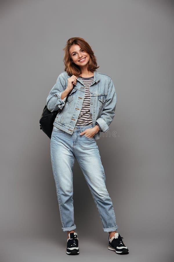 Retrato integral de una muchacha sonriente en chaqueta del dril de algodón foto de archivo