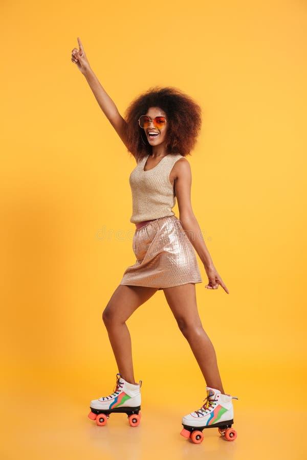 Retrato integral de una mujer afroamericana alegre imagenes de archivo