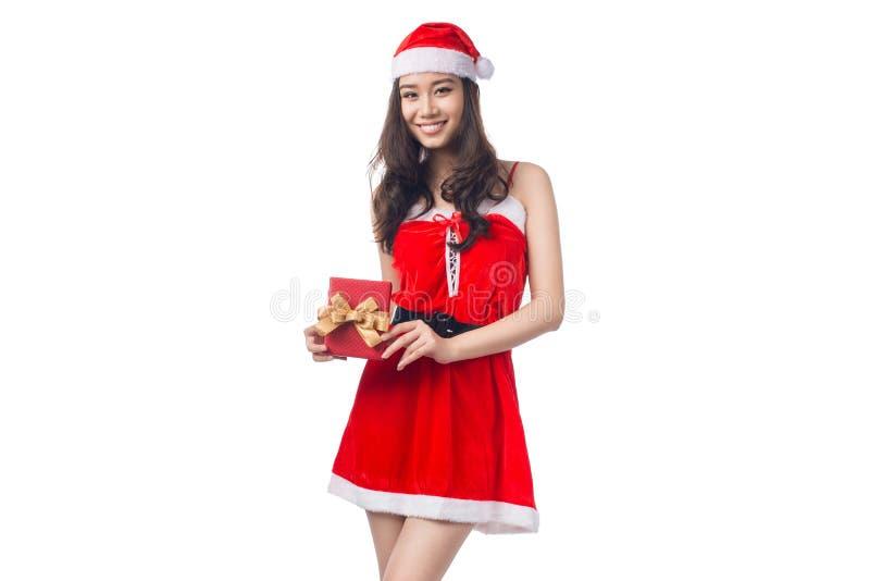 Retrato integral de una mujer asiática en holdi del paño de Papá Noel imagenes de archivo