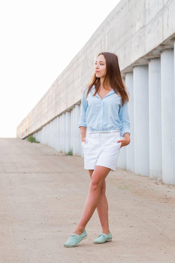 Retrato integral de una mujer atractiva hermosa en la calle Parque, paseo, concepto del verano foto de archivo