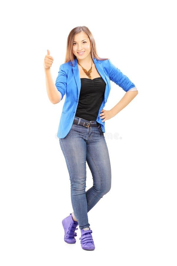 Retrato integral de una mujer casual sonriente que da un pulgar para arriba foto de archivo