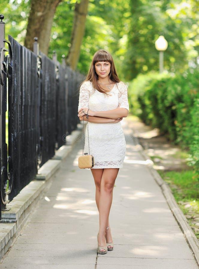 Retrato integral de una mujer hermosa en parque del verano imagen de archivo libre de regalías