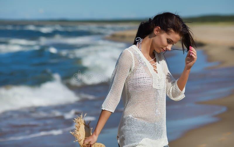 Retrato integral de una mujer joven en pantalones cortos que camina en el b fotos de archivo libres de regalías