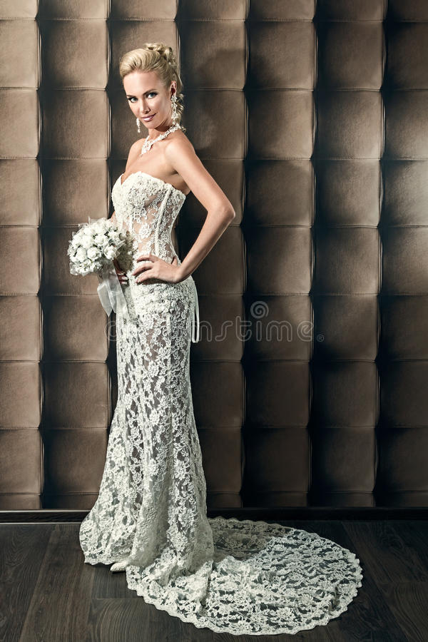 Retrato integral de una novia hermosa que sostiene el ramo fotos de archivo libres de regalías
