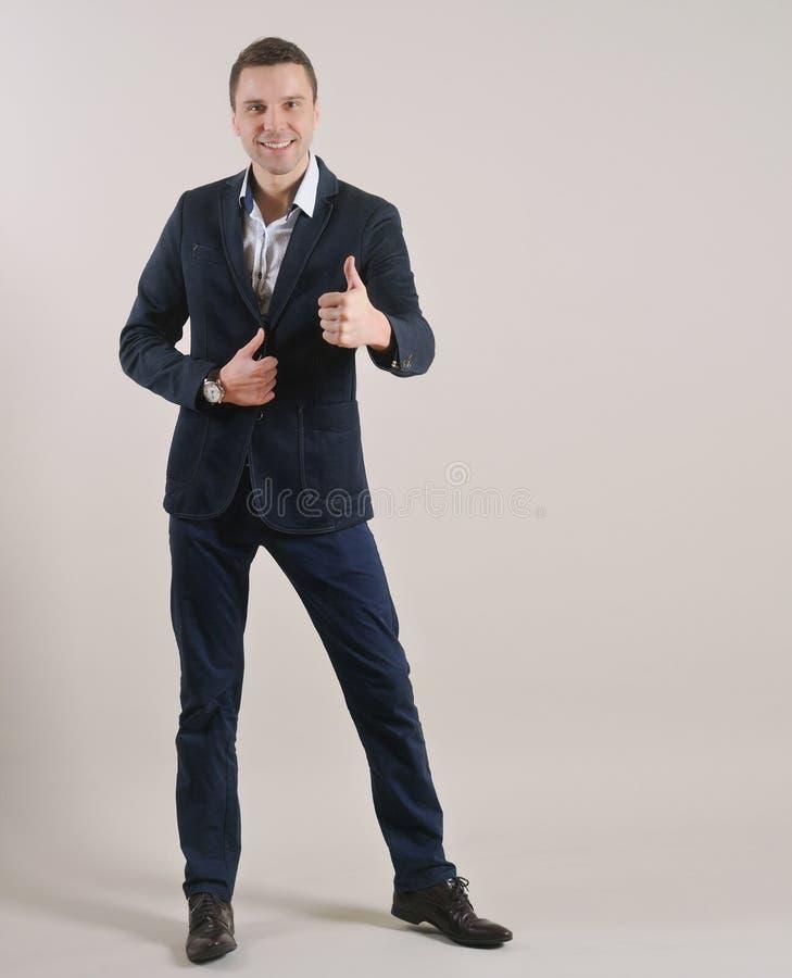 Retrato integral del hombre de negocios atractivo que se coloca en traje foto de archivo