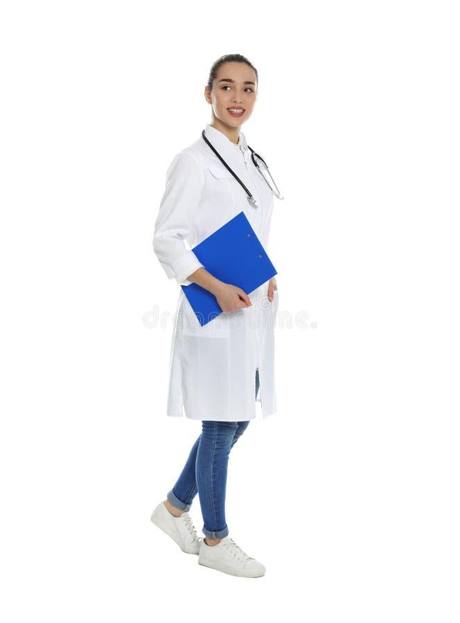 Retrato integral del médico con el tablero y el estetoscopio fotografía de archivo libre de regalías
