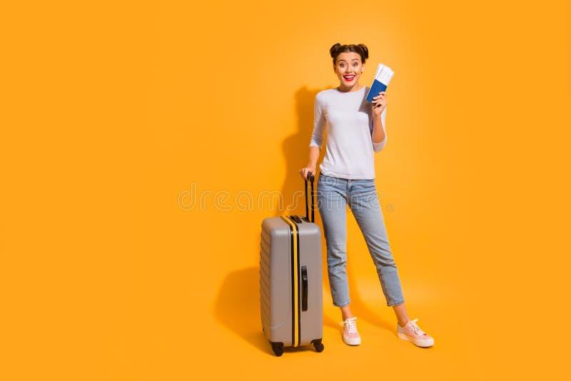 Retrato integral del tamaño de cuerpo del estudiante satisfecho alegre preparado para los documentos largos de la maleta de la t fotos de archivo libres de regalías