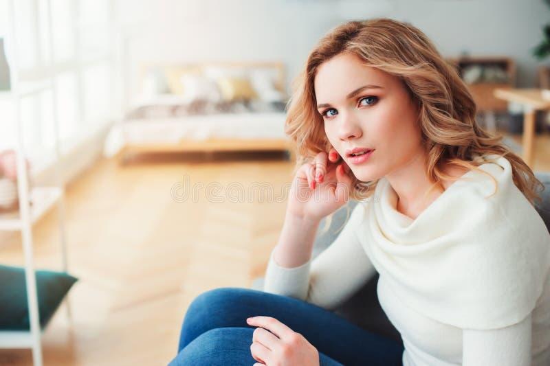 Retrato interior de la mujer hermosa egoísta joven que disfruta de tiempo en casa imagen de archivo libre de regalías