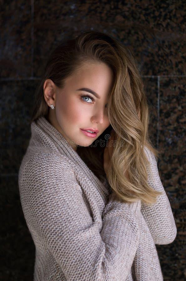 Retrato interior de la mujer Mujer hermosa joven en ropa hecha punto caliente en casa Moda Oto?o, invierno imagen de archivo