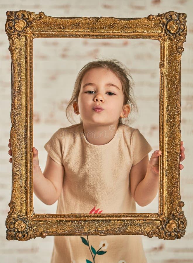 Retrato interior de una niña joven adorable del expressve foto de archivo