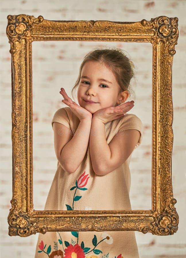 Retrato interior de una niña joven adorable del expressve foto de archivo libre de regalías