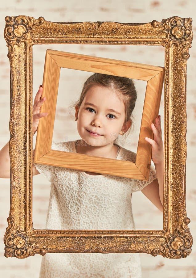 Retrato interior de una niña joven adorable del expressve imagenes de archivo
