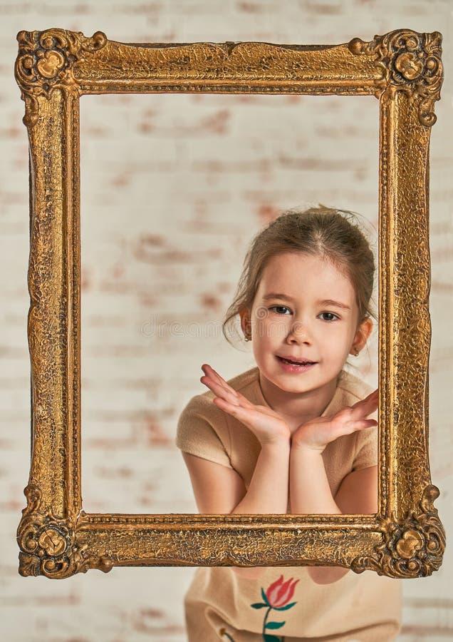 Retrato interior de una niña joven adorable del expressve fotografía de archivo