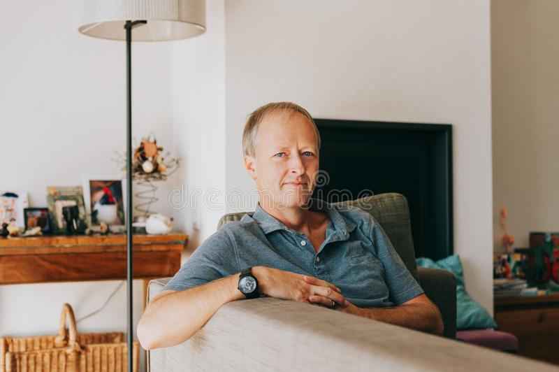 Retrato interior del hombre hermoso que descansa en casa fotografía de archivo libre de regalías
