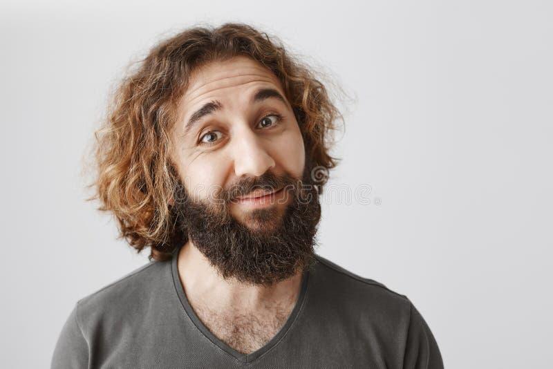 Retrato interior del individuo del este educado dudoso con las cejas de la barba de inclinación y de elevación con incredulidad,  imagen de archivo libre de regalías