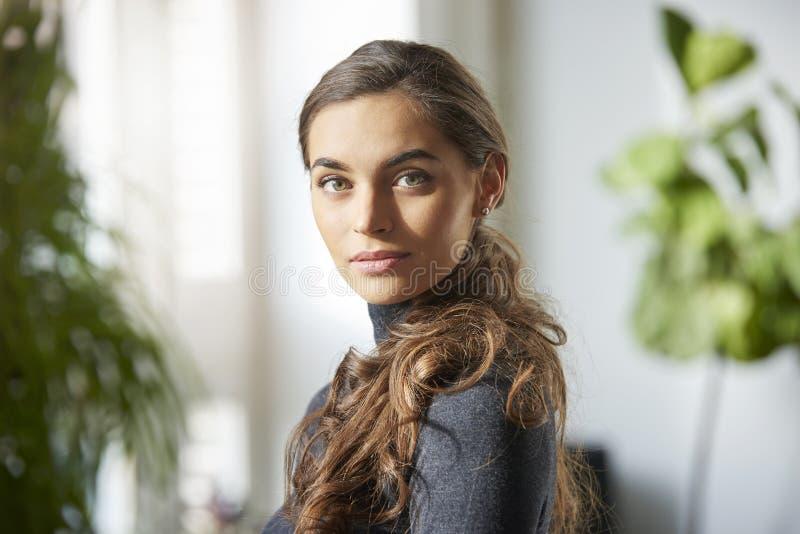 Retrato interno da jovem mulher atrativa imagens de stock