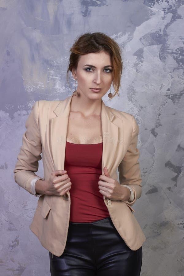 Retrato interno da mulher elegante bonita nova que levanta no interior do estúdio Conceito fêmea da forma fotografia de stock royalty free