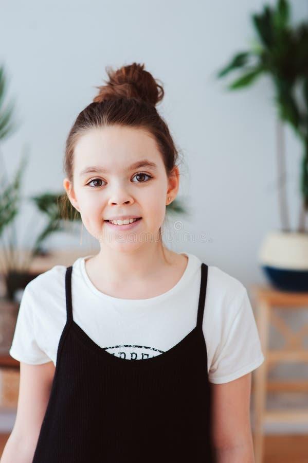 retrato interno vertical da menina feliz do preteen que levanta no interior escandinavo moderno fotografia de stock