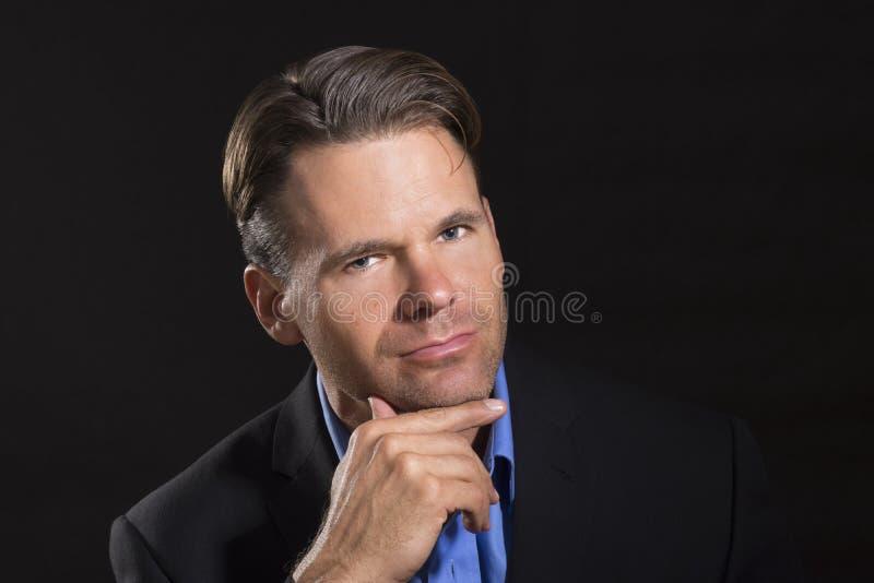 Retrato intrigante atractivo del hombre de negocios imagen de archivo libre de regalías